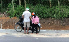 2 cha con vét sạch túi xuống núi mua điện thoại học online: 'Ở làng nhiều người còn nghèo hơn'