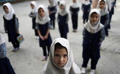 Nam sinh nghỉ học để phản đối Taliban cấm nữ sinh trên 12 tuổi tới trường