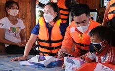 Chở máy tính, máy tính bảng, quà Trung thu đến cho trẻ em nghèo làng chài sông Hồng