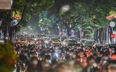 'Biển người' đổ ra đường trong đêm Trung thu, các tuyến phố trung tâm Hà Nội đông nghẹt