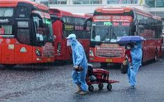 Gần 800 người dân Phú Yên tại Đồng Nai đội mưa đến điểm tập kết để về quê