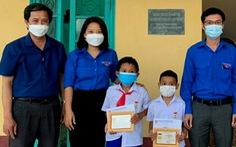 Cứu em nhỏ dưới hồ, 2 học sinh được tặng huy hiệu 'Tuổi Trẻ dũng cảm'