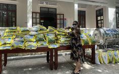 Công ty Madame Hoàng Vĩnh Hy phát gạo cho bà con tỉnh Ninh Thuận