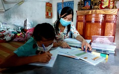 Thầy cô mang bài đến nhà học sinh nghèo