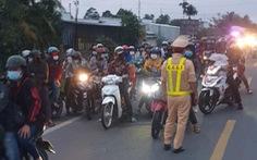 Hàng trăm người dân ở TP.HCM và các tỉnh miền Tây đi xe máy về quê