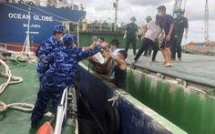 Vượt bão số 6, cảnh sát biển cấp cứu kịp thời thuyền viên gặp nạn trên biển Quảng Bình