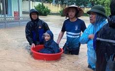 Mưa lớn, nhiều tuyến đường như sông, Quảng Ninh cho xe tải quân sự đón học sinh