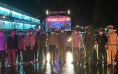 Hỗ trợ 130 công nhân cạo mủ cao su mắc kẹt khi đi từ Bình Phước về Nghệ An