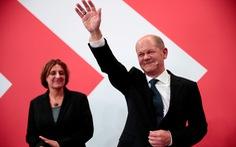 Ứng viên thủ tướng Đức gây chú ý khi trả lời báo chí bằng tiếng Anh