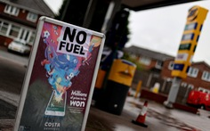 Bộ trưởng Vận tải Anh kêu gọi người dân ngừng đem bình nước đi mua xăng