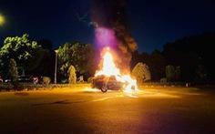 Xe sang BMW X5 cháy rụi giữa đường, 3 người thoát chết