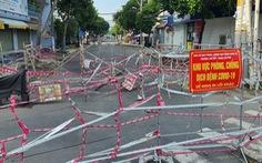TP.HCM: Nhiều nơi vẫn rào chắn bít bùng 3 lớp, chờ có chỉ đạo mới tháo dỡ