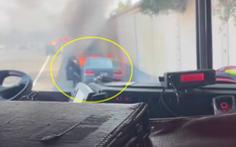 Cảnh sát dũng cảm cứu người trong ô tô đang bốc cháy
