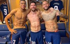 Messi hạnh phúc sau khi ghi bàn và khoe ảnh cởi trần ăn mừng cùng Neymar, Mbappe