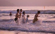 Người Đà Nẵng vui vẻ rủ nhau tắm biển sớm sau nhiều ngày giãn cách