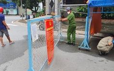 Các chốt hàng rào sắt, dây kẽm gai, tôn... ở TP.HCM đang được tháo dỡ