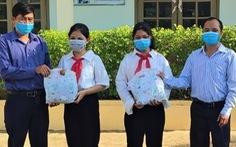 Thủy điện A Vương tặng đồng phục cho học sinh miền núi đến trường
