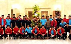 Đội tuyển Việt Nam vừa về đến Hà Nội đã nhận hoa tặng của Chủ tịch nước