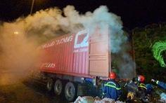 Xe container chở hàng bốc khói ngùn ngụt trước cửa hầm Hải Vân
