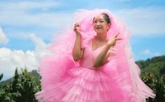 Nghỉ dịch ở nhà, con gái may lại váy cưới của mẹ