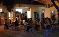 Dân Hà Nội xếp hàng xin cấp giấy đi đường trong đêm, công an ký giấy giữa khuya