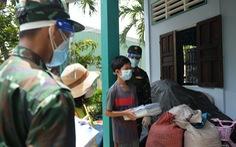 Bộ đội đưa sách giáo khoa đến cho học sinh huyện Bình Chánh, TP.HCM