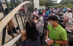 Nhiều điểm tiêm chủng tại Hà Nội đông nghẹt, chen lấn