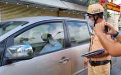 Thanh tra sở không có giấy đi đường, 'cố thủ' trong ôtô cả tiếng