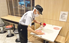 Cụ ông Nhật nổi tiếng vì đi làm phục vụ bàn ở tuổi 93