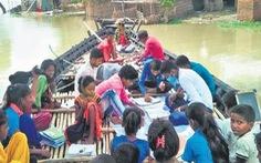 Lũ dâng ngập trường học, giáo viên mở lớp ngay trên thuyền ở Ấn Độ