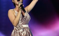 Uyên Linh biểu diễn trong đêm chung kết Hoa hậu VN tại châu Âu