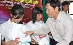 """Trao học bổng """"Sức sống biển đảo"""" cho 27 HS Phú Quý"""