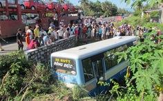 Xe buýt tự lao xuống cống, 13 hành khách bị thương