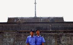 Những người treo cờ trên kỳ đài Huế