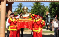 Tặng tượng chí sĩ Tăng Bạt Hổ cho Bình Định