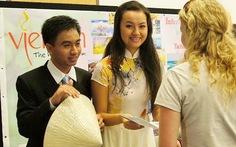 Du học sinh tại Úc vận động bầu chọn vịnh Hạ Long