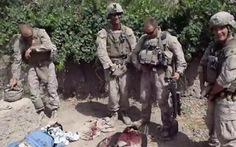 Xác định lính Mỹ đi tiểu lên xác chết