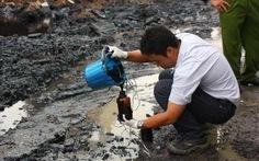 Đổ dầu nhớt thải ra đất để... chờ xử lý