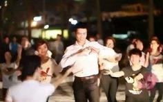 Bạn trẻ ở Hà Nội cầu hôn bằng flash mob