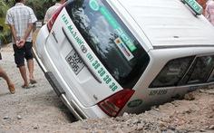 Taxi lọt hố công trình
