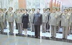 Người phụ nữ bí ẩn bên cạnh Kim Jong Un