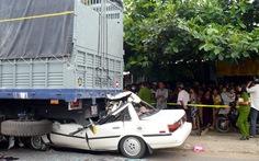 Ôtô nát đầu dưới gầm xe tải, 2 người tử vong