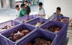 """Bắt hơn 2000kg thịt thối """"dành"""" cho công nhân"""