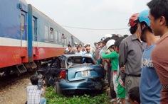 Tàu hỏa húc văng ôtô, một gia đình thoát chết