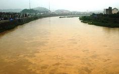 Sông Hồng đỏ ngầu bùn đất
