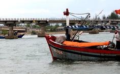 Tàu cá khó chui qua cầu Thuận An
