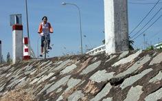 Đường dẫn lên cầu không lan can