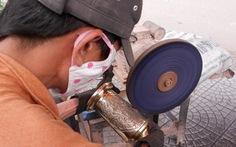 Thợ sửa xe rủng rỉnh nhờ chuyển nghề đánh bóng lư đồng