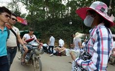 Hàng quán, dịch vụ loạn xạ đón khách vào đền Hùng