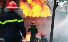 """Chiến đấu với """"giặc lửa"""", 10 lính cứu hỏa nhập viện"""